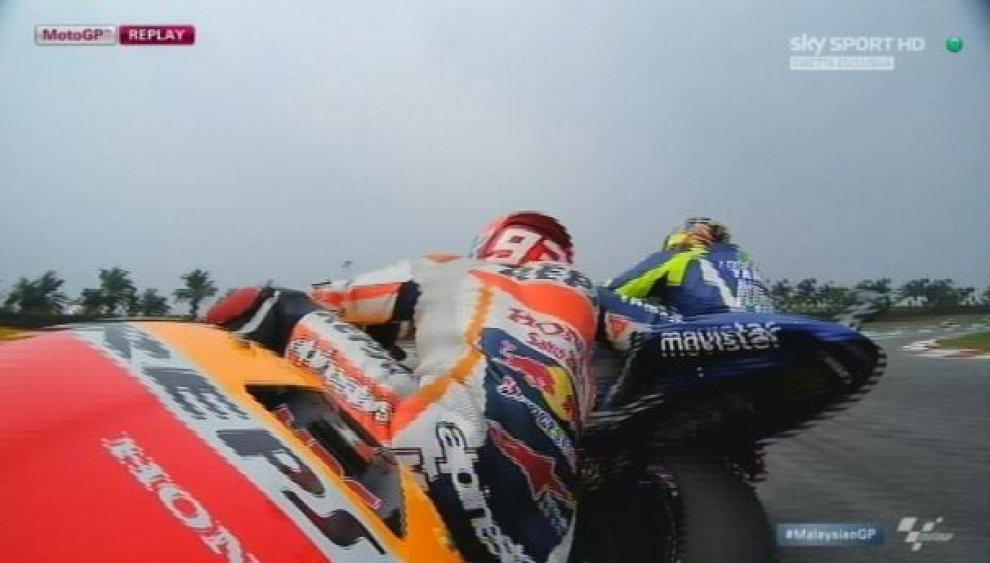 Il momento del contatto tra Valentino Rossi e Marc Marquez a Sepang