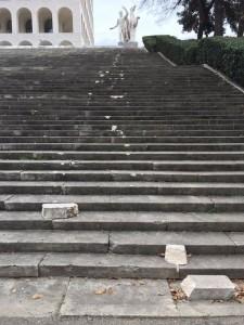 Guarda la versione ingrandita di I danni alla scalinata del Palazzo della Civiltà Italiana all'Eur (foto Ansa)