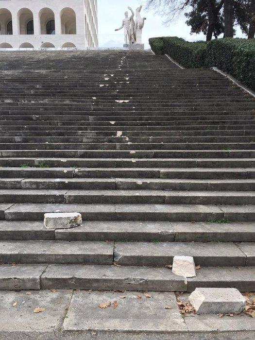 Roma, danni agli scalini del Colosseo quadrato FOTO