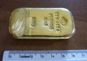 Trova lingotto d'oro e lo dà a polizia, la richiamano e...