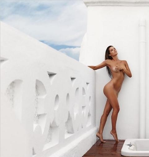 Malena Costa nuda per festeggiare i 200.000 followers su Instagram