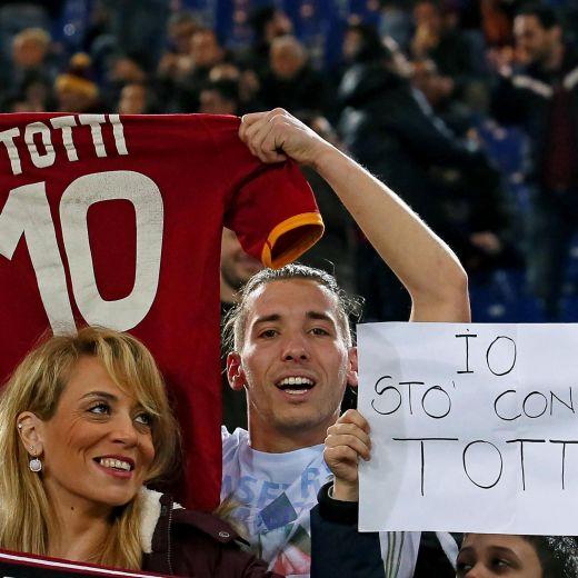 Roma, tifosi con Totti (foto Ansa)