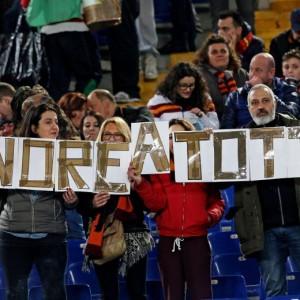 Guarda la versione ingrandita di Roma, tifosi con Totti (foto Ansa)