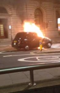YOUTUBE Taxi prende fuoco in strada a Londra