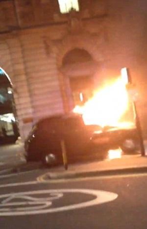 Taxi prende fuoco in strada a Londra