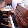 YOUTUBE Alexey non ha le mani e suona il piano3