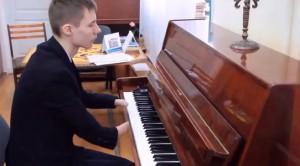 YOUTUBE Alexey non ha le mani e suona il piano