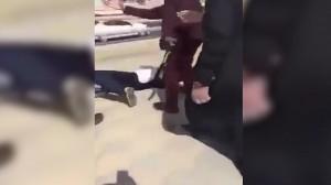 Arabia Saudita, polizia getta a terra ragazza