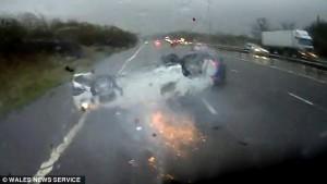 Auto si ribalta sotto pioggia neonato a bordo salvo 5