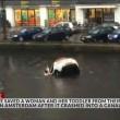 Auto va sott'acqua mamma e figlio salvi per miracolo14