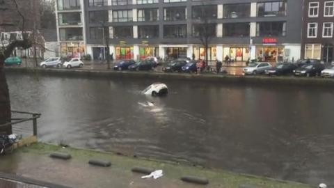 Auto va sott'acqua mamma e figlio salvi per miracolo3