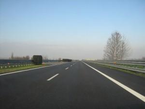 Gb cancella da strade strisce bianche separa corsie