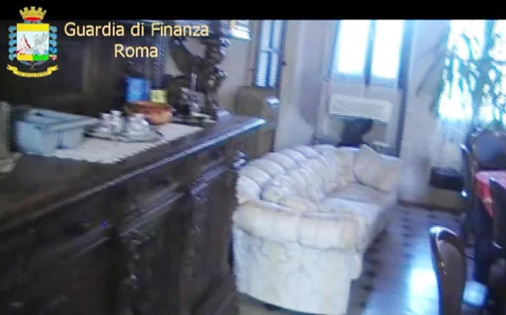 """Nel fermo immagine del video distribuito dalla Guardia di Finanza di Roma, uno degli immobili sequestrati dalle Fiamme Gialle ad un imprenditore legato ad alcune cooperative finite nell'inchiesta """"Mafia Capitale"""""""
