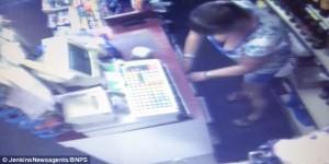 YOUTUBE Cassiera ruba: gestore mette VIDEO furto a loop