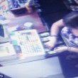 Cassiera ruba: gestore mette VIDEO furto a loop4