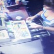 Cassiera ruba: gestore mette VIDEO furto a loop3