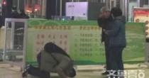 Cina, figlio inginocchiato davanti ai genitori: FOTO virale