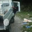 Cuccioli cane nel sacco di plastica lanciati da furgone5