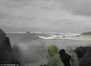 Guarda la versione ingrandita di VIDEO Francia, anziani trascinati da onda gigante, salvi