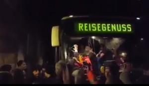YOUTUBE Germania, fermato e assalito bus con migranti