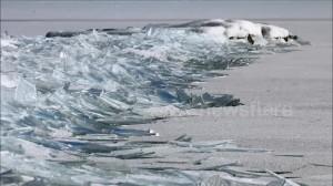 Lastre ghiaccio sul lago mosse dal vento