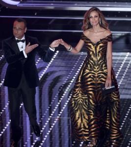 Guarda la versione ingrandita di Festival di Sanremo, Madalina Ghenea incanta tutti FOTO