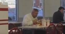 Maiale totale mangia mega razione di hamburger. Sospira o..?