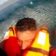 Migrante su prua: Guardia costiera turca lo salva5