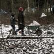 Profughi nel fango, combattono neve e gelo tra le baracche13