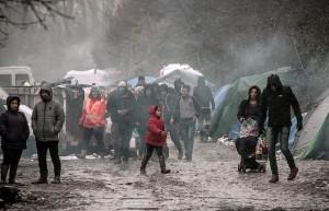 Profughi nel fango, combattono neve e gelo tra baracche FOTO