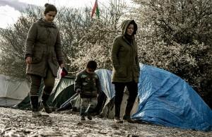 Guarda la versione ingrandita di Profughi nel fango, combattono neve e gelo tra baracche FOTO