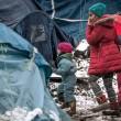 Profughi nel fango, combattono neve e gelo tra le baracche15