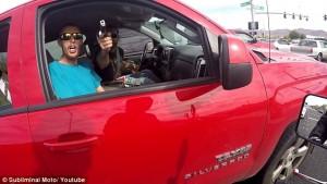 "YOUTUBE Punta pistola a motociclista: ""Lontano da mia auto"""