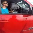Punta pistola a motociclista Lontano da mia auto