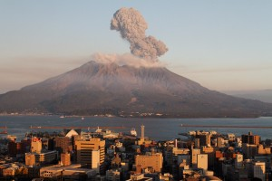 Vulcano Giappone erutta a 50 km da centrale atomica