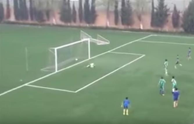 Algeria, calciatore Under 14 segna gol come Maradona VIDEO
