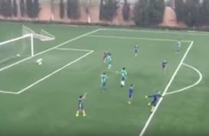 Guarda la versione ingrandita di Algeria, calciatore Under 14 segna gol come Maradona VIDEO