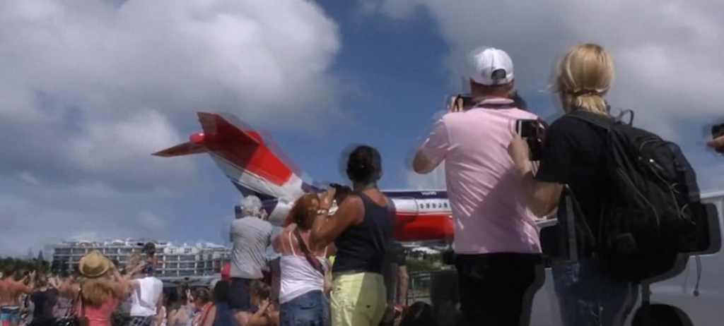 YOUTUBE Aereo atterra sfiorando teste turisti a St Marteen 8