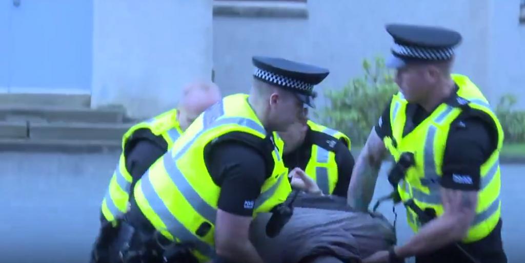 YOUTUBE Polizia Usa impara da quella scozzese a non uccidere 6