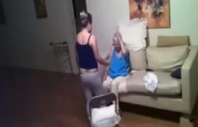 Badante picchia anziana malata di Alzheimer<br /> Telecamera nascosta riprende tutto (VIDEO)
