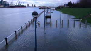 Guarda la versione ingrandita di YOUTUBE Londra, allerta inondazioni: Tamigi oltre gli argini