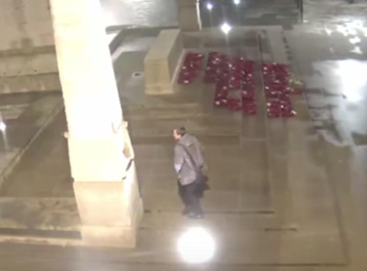 VIDEO YOUTUBE Filmato mentre fa pipì sul monumento ai caduti 6