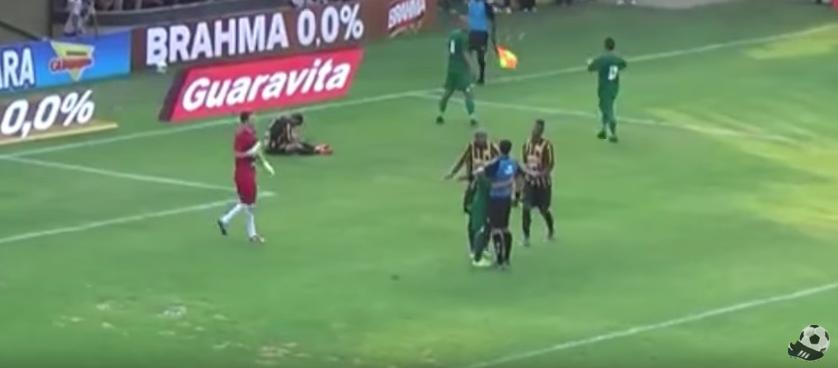 YouTube. Brasile, calciatore ringrazia arbitro con un abbraccio