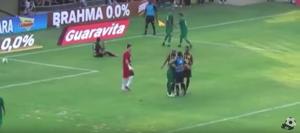 YOUTUBE. Calciatore abbraccia arbitro dopo rigore concesso