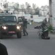 YOUTUBE Polizia Israele fa cadere palesinese da carrozzina