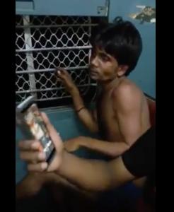 YOUTUBE Assalto brutale a Mumbai: ladri spogliati e pestati