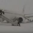 YOUTUBE Motore a fuoco: passeggeri lasciano aereo nella neve