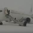 YOUTUBE Motore a fuoco: passeggeri lasciano aereo nella neve 2