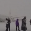 YOUTUBE Motore a fuoco: passeggeri lasciano aereo nella neve 4
