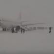 YOUTUBE Motore a fuoco: passeggeri lasciano aereo nella neve 6